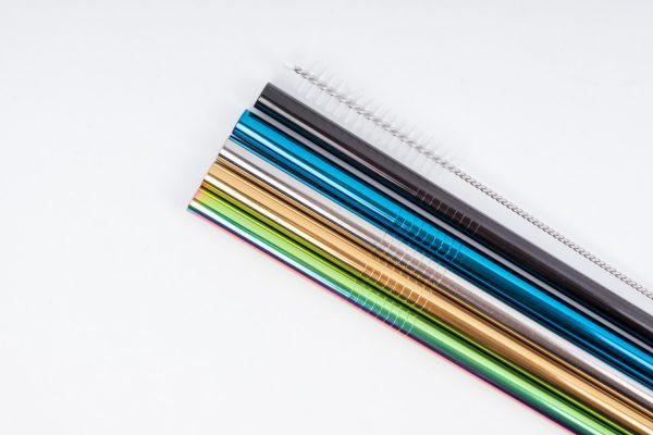 Разноцветни метални сламки, наредени една до друга като дъга