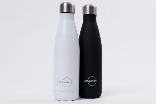 Черна и бяла метални бутилки, сложени една до друга