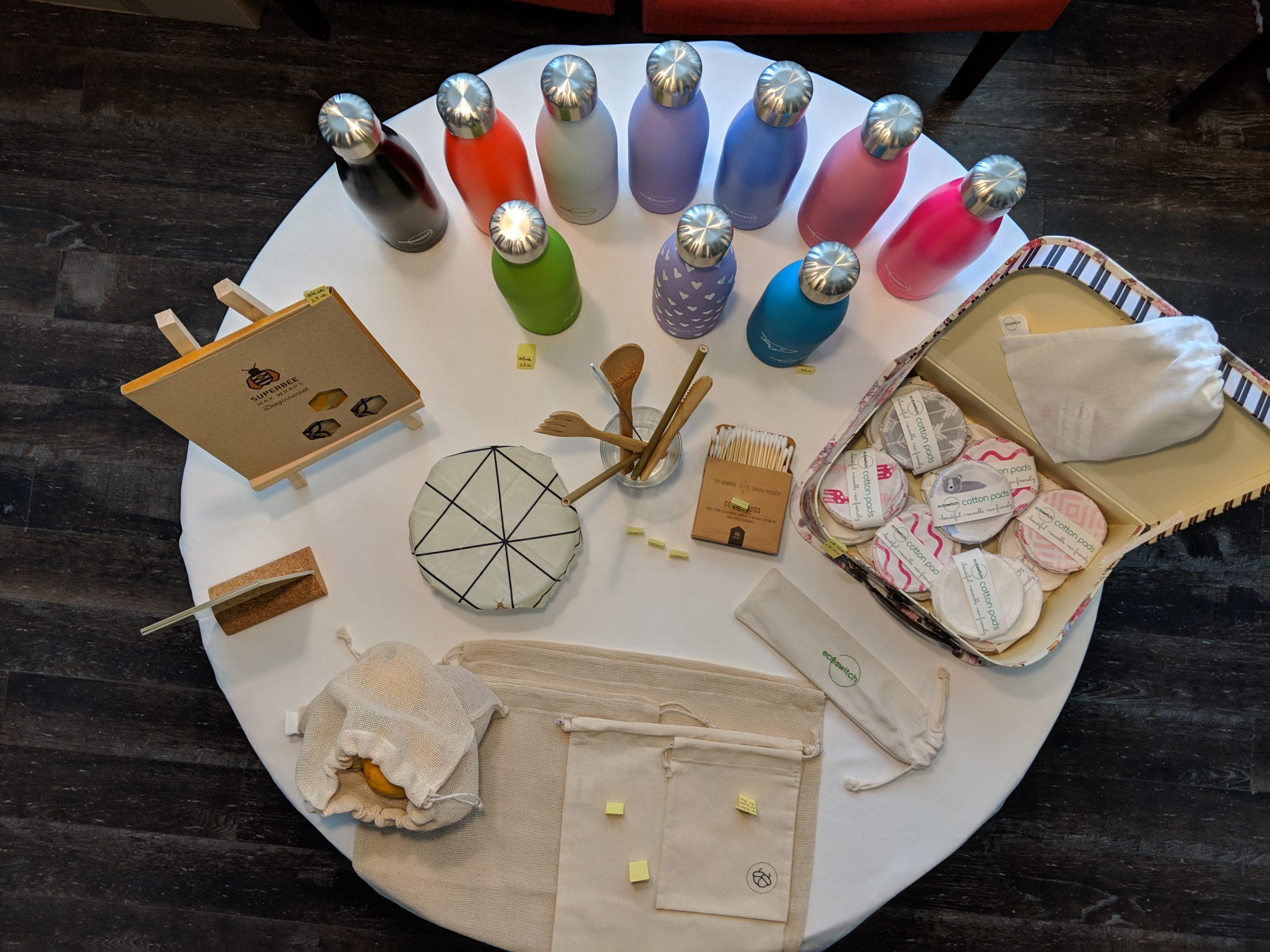 Кръгла маса, снимана от високо, с наредени върху нея продукти