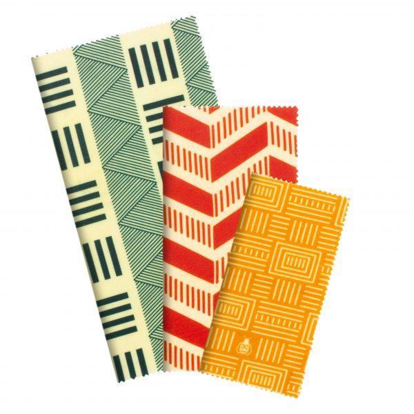 Зелени, червени и жълти кърпи , сгънати в правоъгълна форма на бял фон