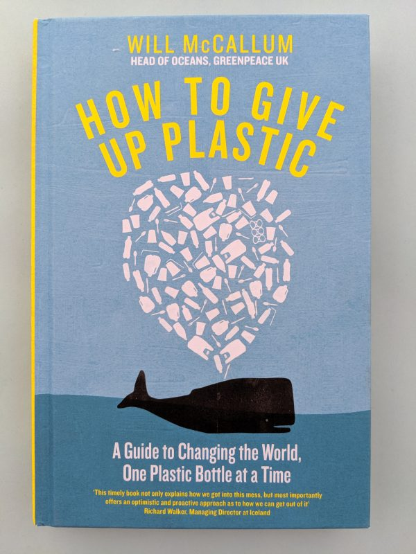 Корицата на книга с илюстрация на кит, който издиша област от пластмасови боклуци