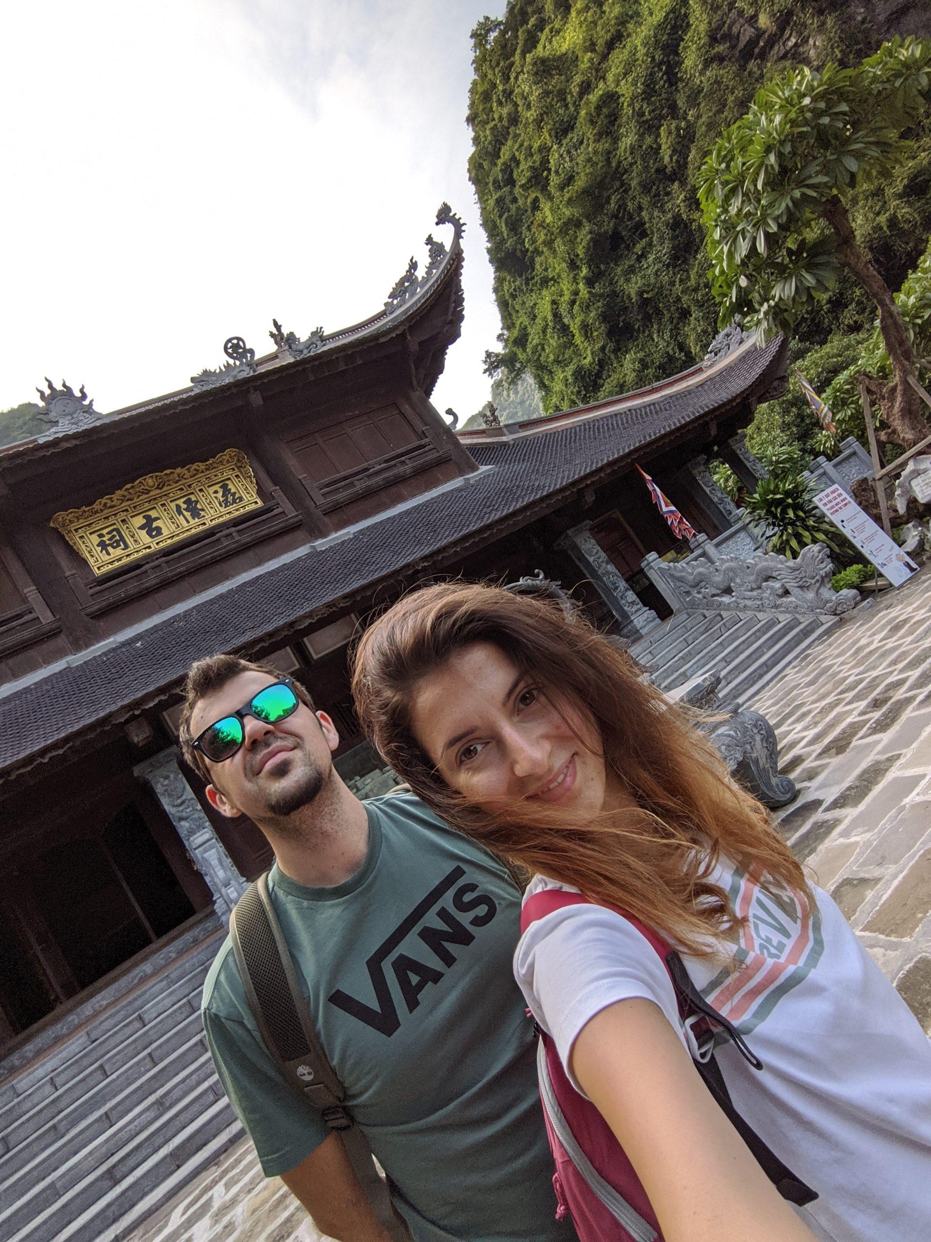 Момче и момиче пред будистки храм
