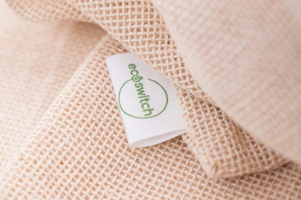 Близък кадър на мрежеста памучна торба с етикета ѝ