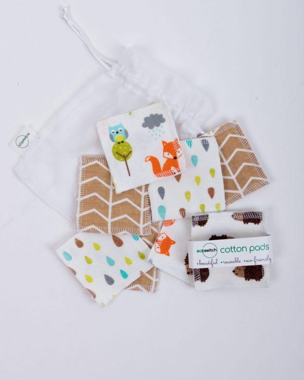Разпръснати квадратчета от памучен плат с принт на лисички и таралежчета върху бяла памучна торбичка