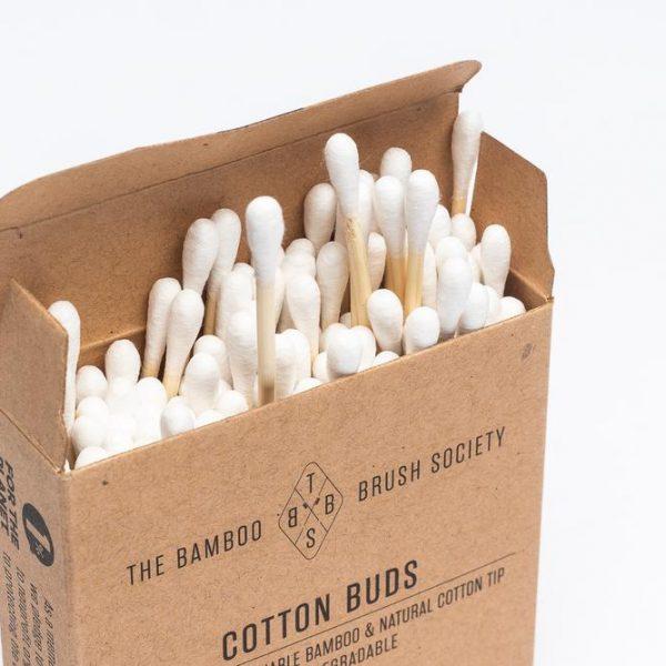 Отворена картонена кутийка, която съдържа бамбукови клечки за уши