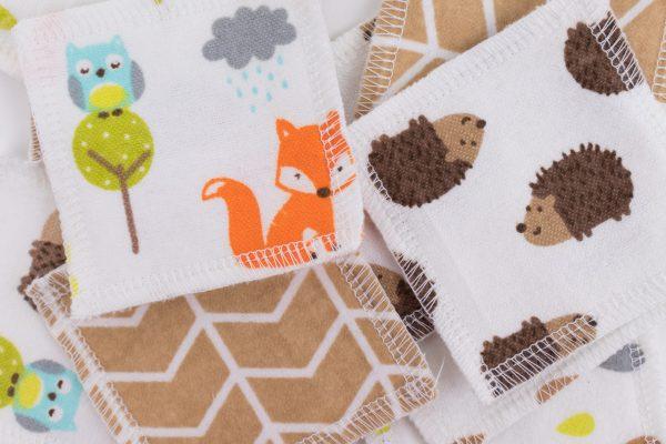 Разпръснати оранжево-бежови квадратчета от памучен плат с принт на лисички и таралежчета