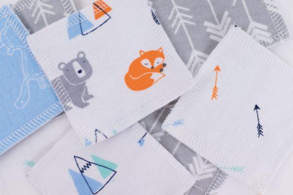 Разпръснати синьо-сиви квадратчета от памучен плат с принт на лисички и мечета