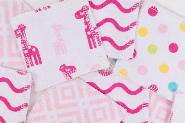 Разпръснати розови квадратчета от памучен плат с принт на жиравчета и точки