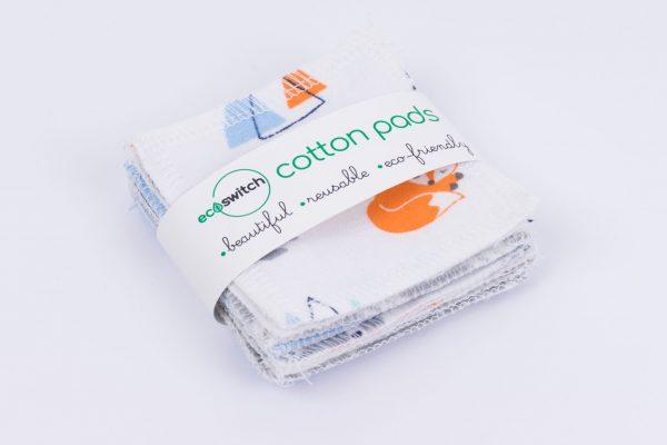 Квадратчета от памучен плат с принт на оранжеви лисички, захванати с етикет