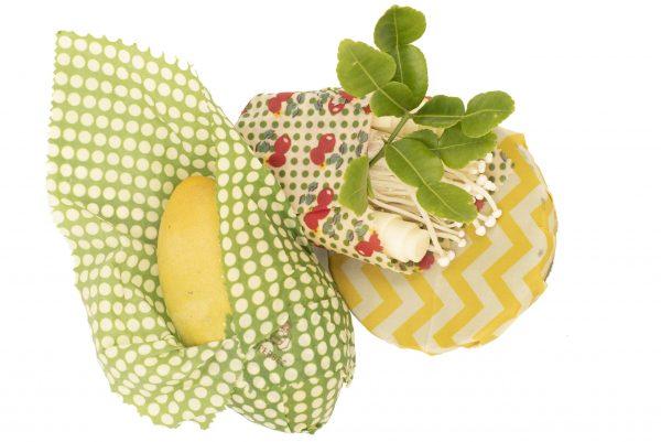 Зелени листа и други зеленчуци увити в зелени и жълти кърпи с пчелен восък