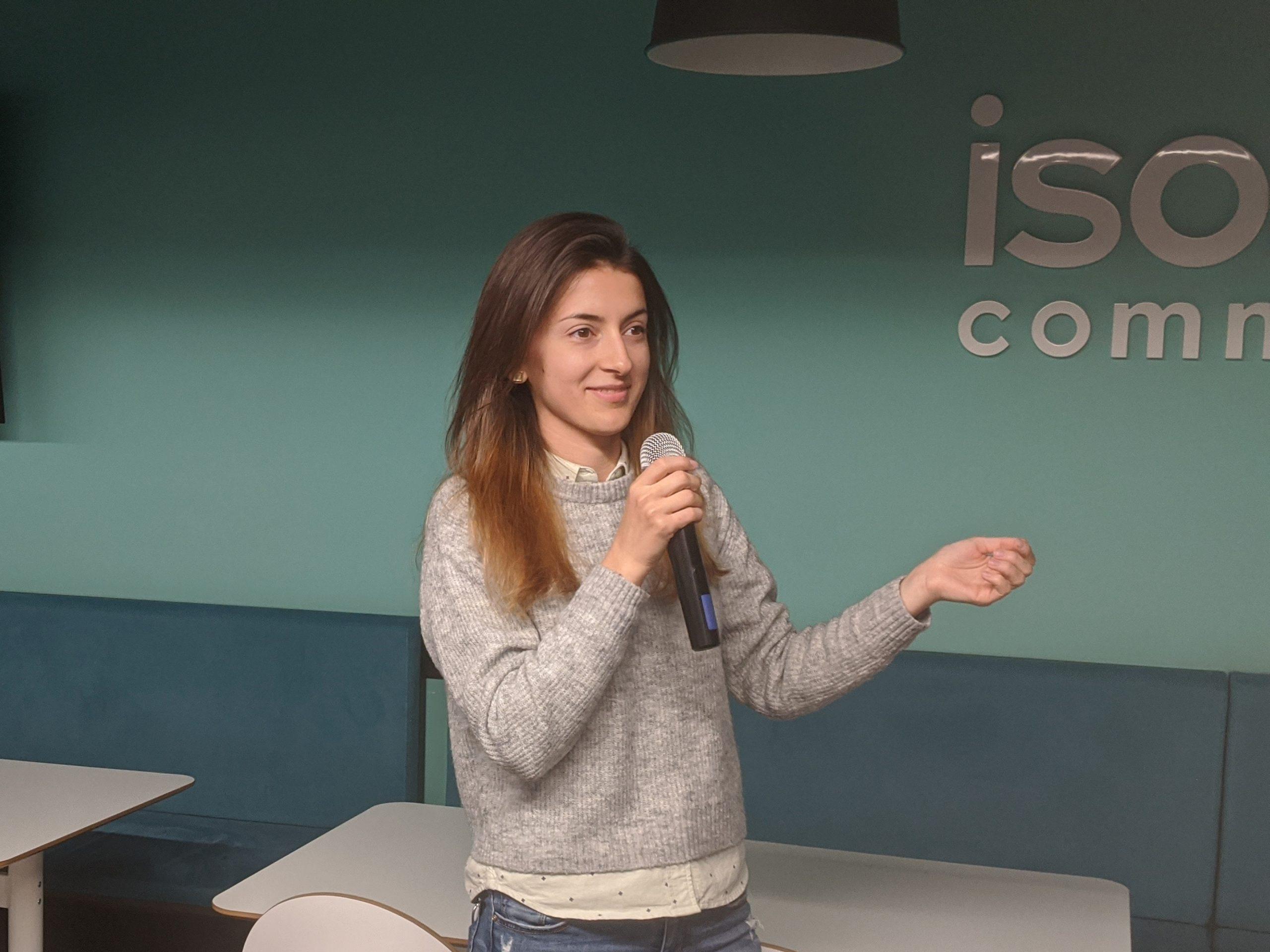 Момиче изнася лекция на микрофон